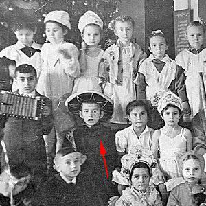 Маленький Саша для школьного маскарада выбрал огромную шляпу. Фото - kp.ru