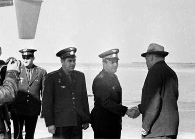 С.П.Королев с первыми космонавтами на космодроме Байконур