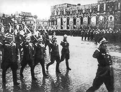 Командиры Войска Польского ведут свои войска на параде