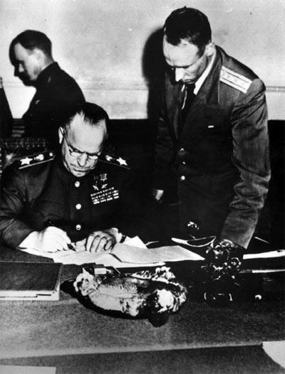 Командующий 1-м Белорусским фронтом Маршал Советского Союза Жуков Г.К. подписывает Акт о безоговорочной капитуляции всех вооруженных сил Германии