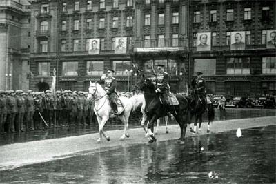 Маршал СССР Георгий Жуков и Костантин Рокоссовский на Параде Победы в Москве