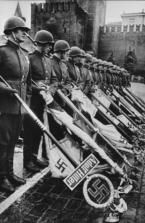 Низложение нацистских знамён к подножию Мавзолея