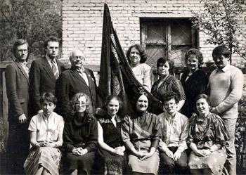 Коллектив музея с переходящим красным знаменем Министерства культуры РСФСР 1986 г.