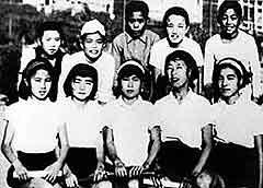 Сасако Садаки со своими одноклассниками (в центре, в первом ряду)