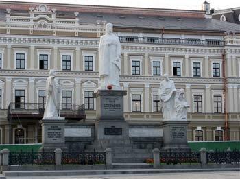 Памятник в Киеве: слева Андрей Первозванный, в центре Княгиня Ольга, справа Кирилл и Мефодий