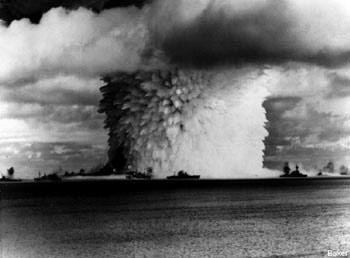"""Подводный ядерный взрыв на атолле Бикини. Испытания 21-килотонного боеприпаса """"Бейкер"""" 24 июля 1946 г"""