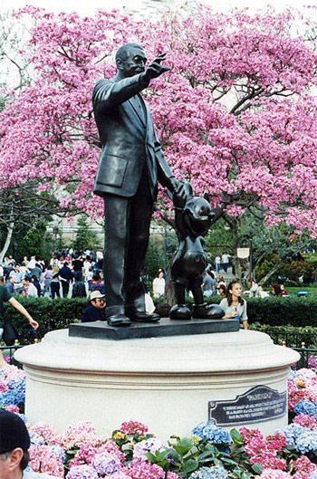 Памятник Уолту Диснею и Микки Маусу