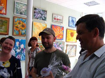 Анатолий Щетинин на выставке Дениса и Евгении Октябрь Брат и сестра в своей галерее