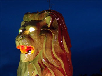 Cимвол Сингапура — мифический персонаж Мерлион («полурыба-полулев»)