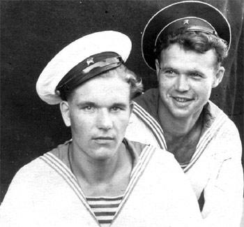 Моряк Тихоокеанского флота Вася Шайдук с другом Лешей 40 е годы