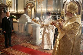 МОСКВА, ХРАМ ХРИСТА СПАСИТЕЛЯ. На литургии после церемонии подписания Акта о каноническом общении Московского патриархата с Русской православной церковью за рубежом.