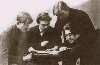 Гласные Думы 1917 года: пимокат А.А. Селезнев (первый слева), металлист М.А. Ярков (второй слева)
