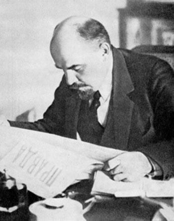 Ленин за чтением газеты «Правда»