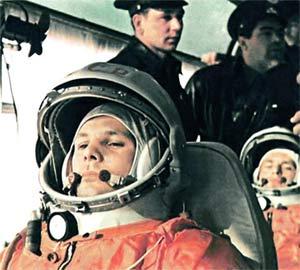 Юрий Гагарин на пути к стартовой площадке
