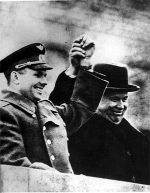 Юрий Гагарин и Никита Хрущёв приветствуют москвичей на Красной Площади 14 апреля 1961